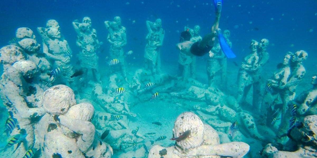 Diving Gili Meno statues